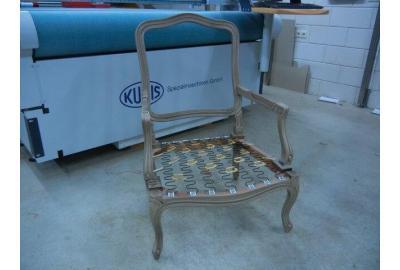 Stofferen van klassieke fauteuiltje met een linnen stof